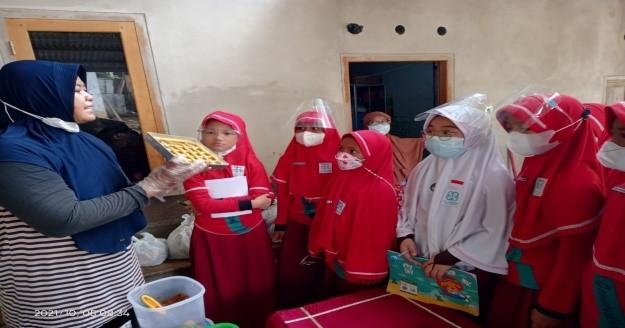 Kunjungan Edukasi Kelas 4 SDIT Al Hasanah 1 ke Rumah Produksi Kue Bay Tat
